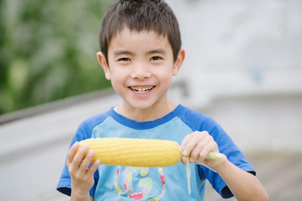 少年がフルーツコーンを食べている映像